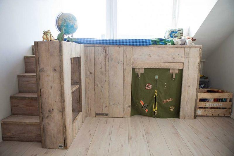 De steigerhoutloods hoogslaper met bureau van steigerhout en