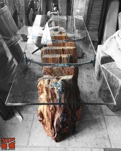 Nativo Redwood. Arrimo con base de tronco de Laurel rústico seccionado con soportes originales de fierro forjado con reguladores de nivel, con cubierta de cristal de 15 mm de espesor. www.facebook.com/nativoredwoodsa