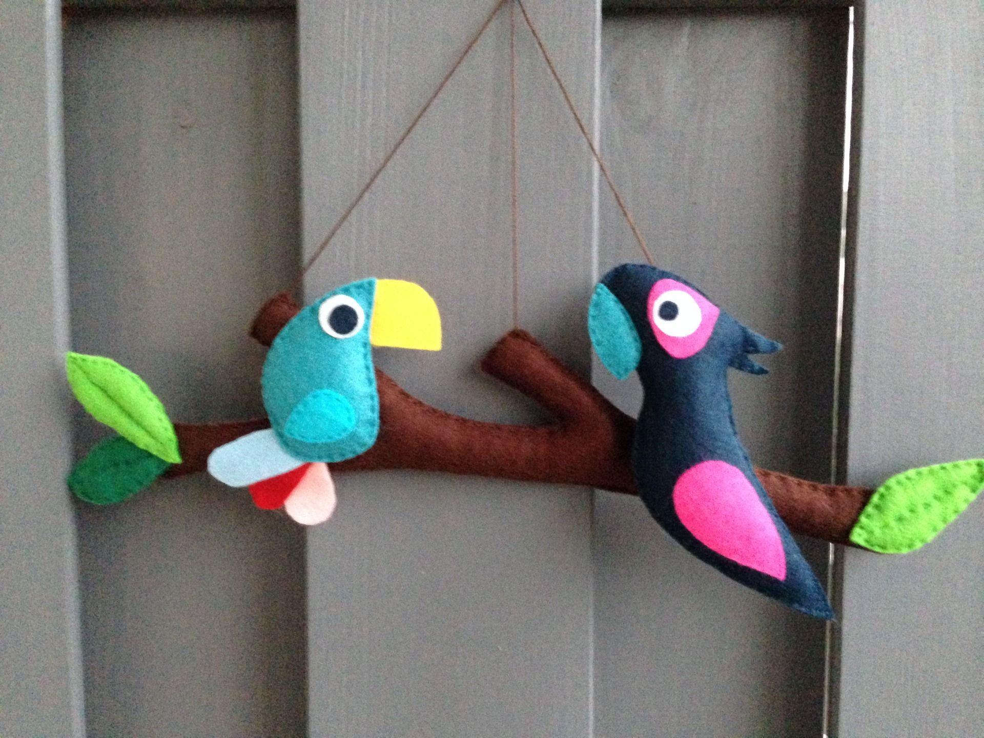 mobile ou d coration murale comme un oiseau sur la branche 2 aras perroquets en feutrine. Black Bedroom Furniture Sets. Home Design Ideas