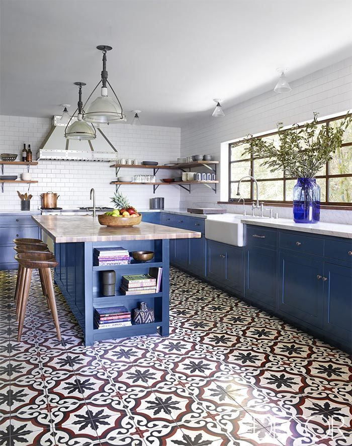 15 Cocinas Azules Que Te Haran Sonar Prometido 15 Kitchens With Blue Cabinets That Will Make You Swoon Vintage Chic Pequenas Historias De Decoracion Decoracion De Cocina Moderna