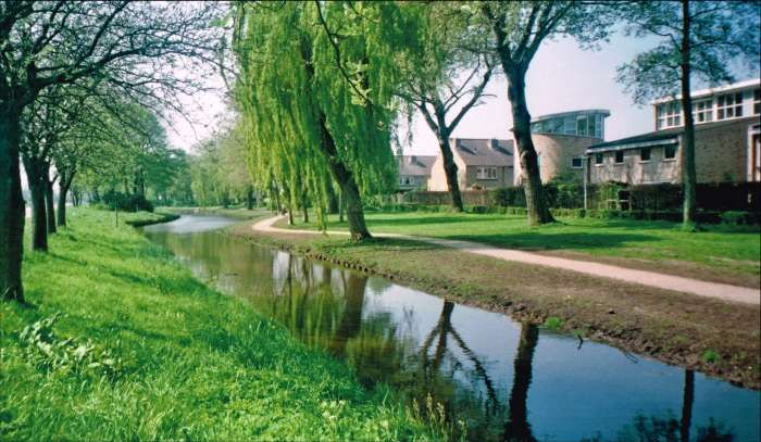 24303: De Ziendervaart uit het noordoosten gezien. Links loopt de Geesterweg. De sloot is de afwatering van polder De Zien en komt uit bij de Ziendermolen ofwel De Kat.