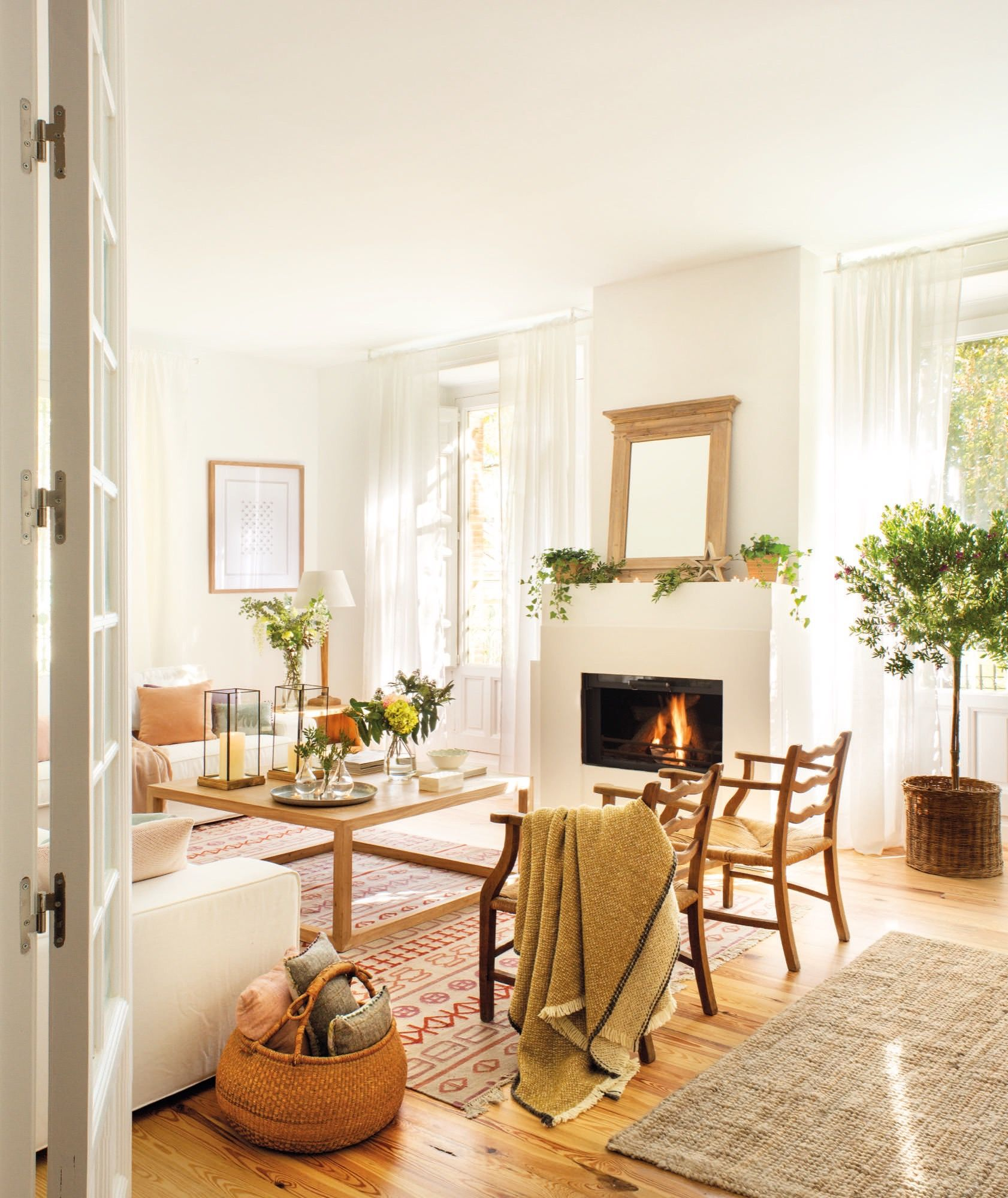 Salon con butacas mesa de centro y chimenea pisos - Chimeneas para pisos ...