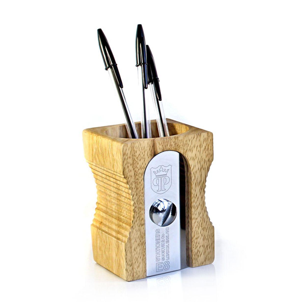 Articolo: SK109El escritorio siempre será ordenado gracias a este portalápiz de gran tamaño en forma de sacapuntas. Icónico, reconocible, un verdadero clásico! Este portalápiz muy sencillo mantendrá el orden entre los bolígrafos, lápices y los otros pequeños accesorios de papelería, de manera mucho más elegante que con cualquier otro accesorio de escritorio. Hecha de acero inoxidable y madera de caucho en el lleno respeto del medio ambiente. Los árboles de caucho son, de hecho, cortados y…