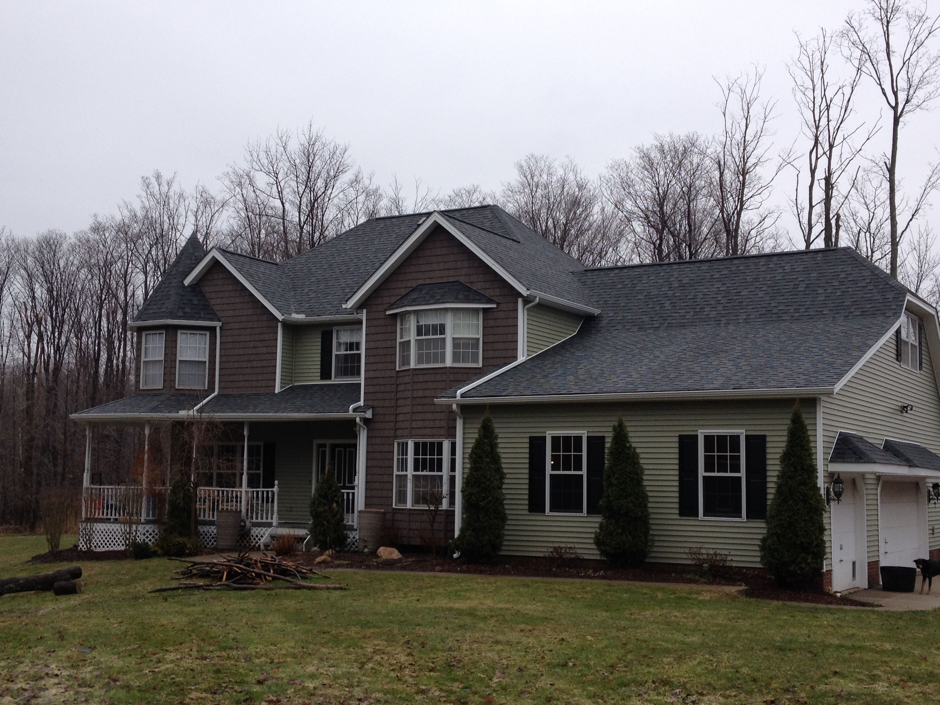 Beautiful Custom Siding Job Just Finished In Chardon Ohio This Home Features Certainteed Double 7 Rough Split Shakes In Sab House Exterior House Styles Home