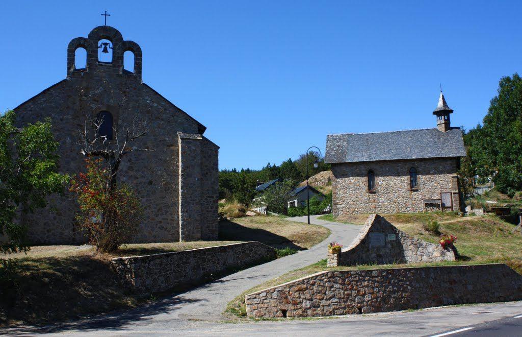 L'Espérou Gard, l'église à gauche et le temple à droite