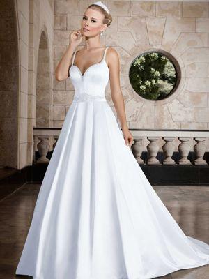 1a3023caef Vestido de noiva rodado com decote coração e alças de strass Vestido em  cetim com pregas