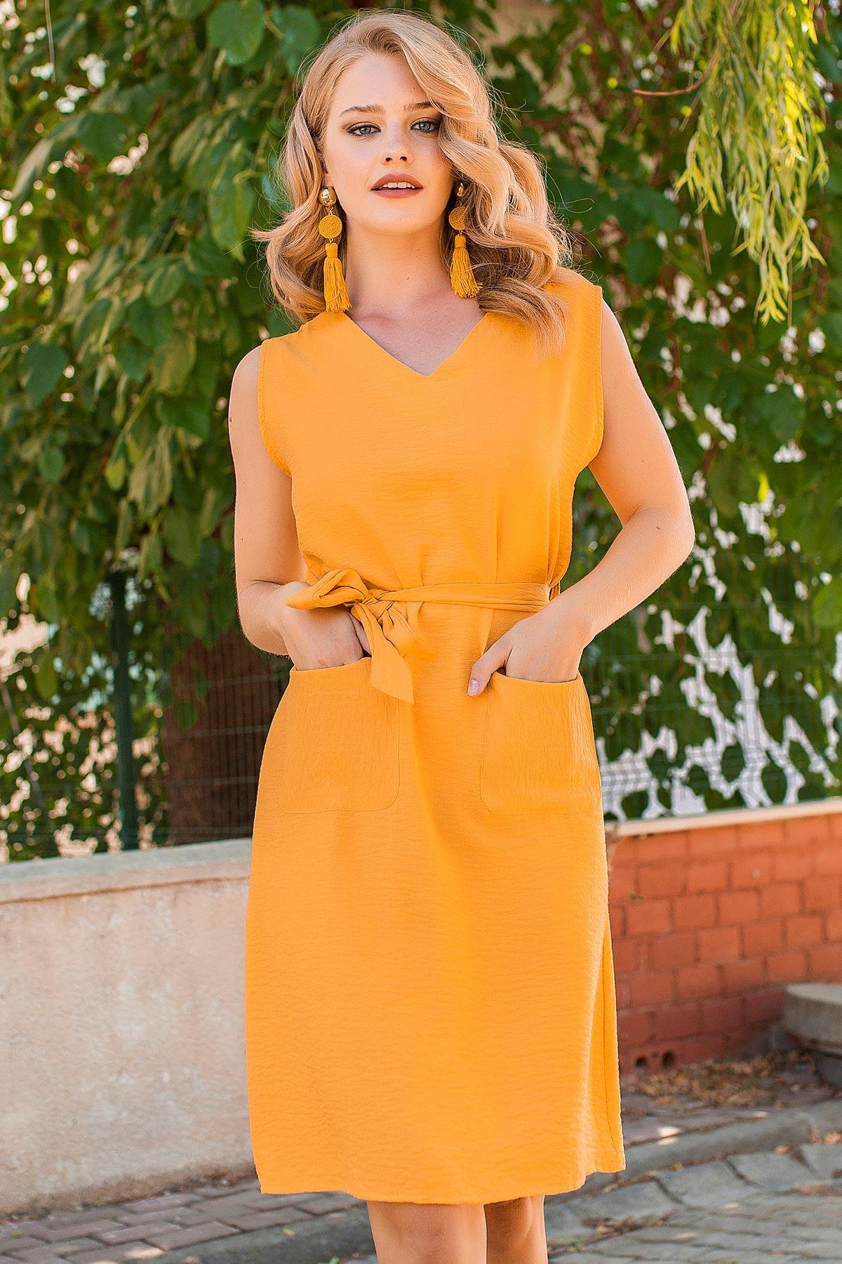 فستان صيفي ياقة V مع حزام على الخصر لون الخردل Chic Hanim