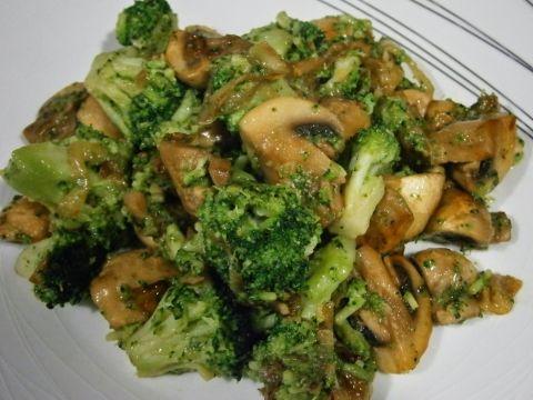 El brocoli con champiñones es un muy sabroso y rico, el cual podrás preparar en unos pocos minutos.