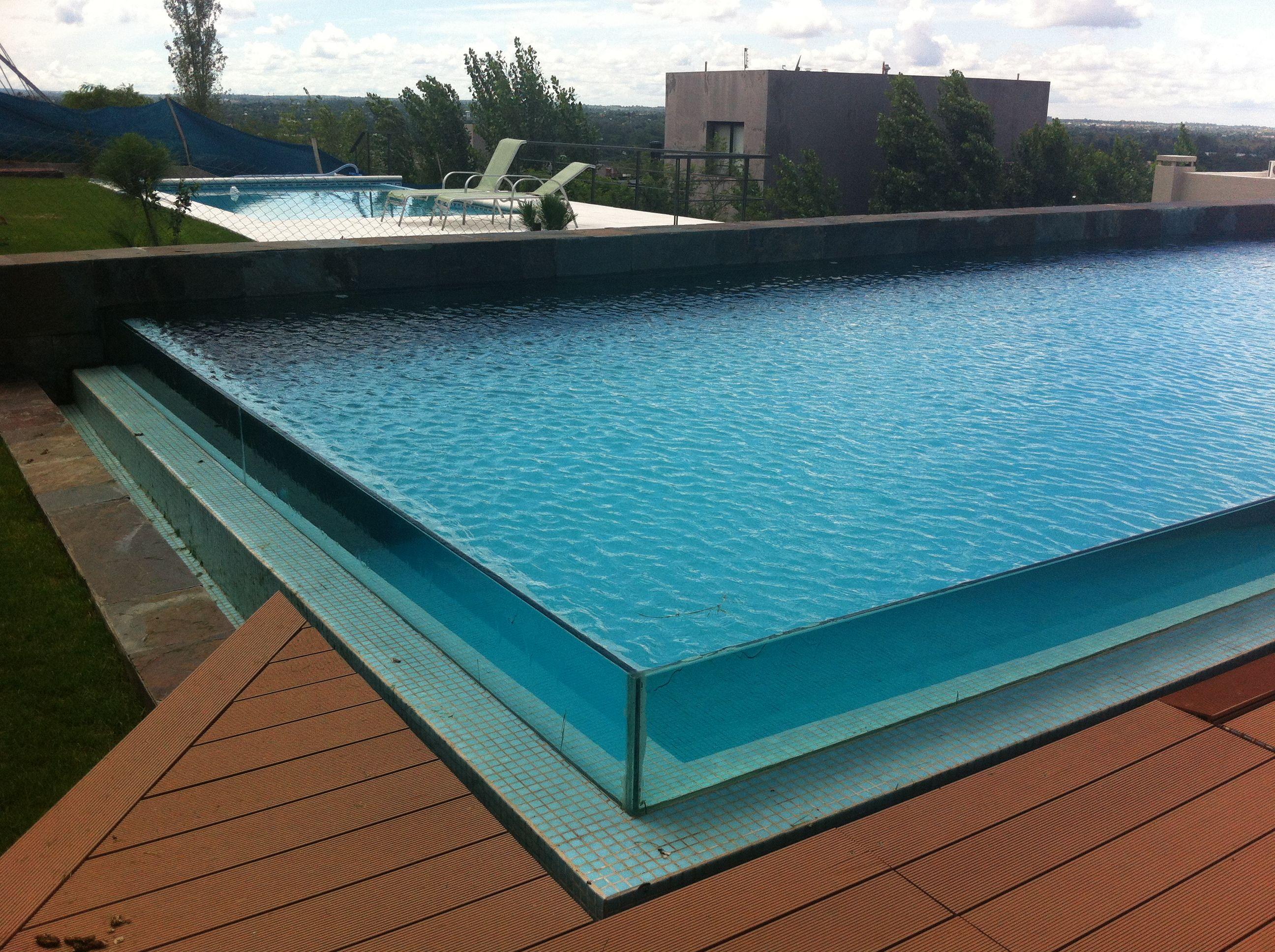 Piscina infinity glass desborde deck dise o for Diseno piscina