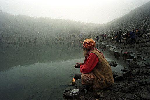 El Lago de los esqueletos (Roopkund, Uttarakhand estado de la India), es portador de cientos de esqueletos humanos posados sobre el borde de sus aguas.Siglo IX, en las cordilleras del Himalaya, un grupo de casi seiscientas personas camina a más de 5000 metros de altura por un paraje helado y alejado de las rutas conocidas, nadie en el grupo sospecha que en breves instantes una tremenda granizada (de tamaño tan grande como pelotas de ping-pong) acabará con todos ellos.