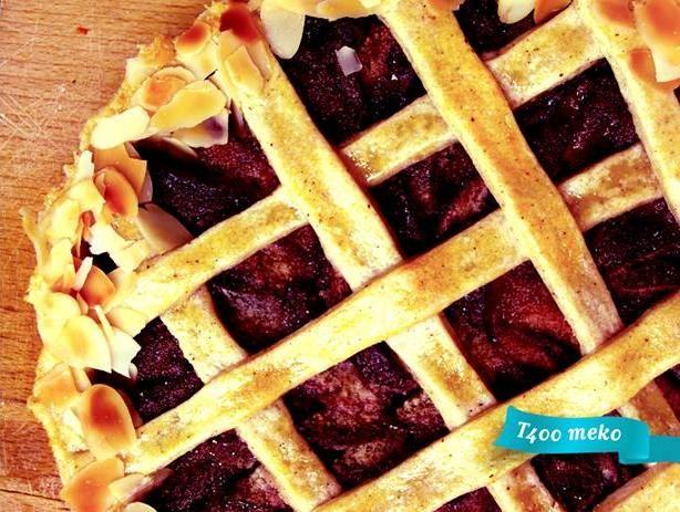 Krostata je tradicionalna italijanska pita.   Ime je dobila po hrskavoj korici od testa koja može biti punjena slatkim ili slanim filovima.  Prepoznatljiva