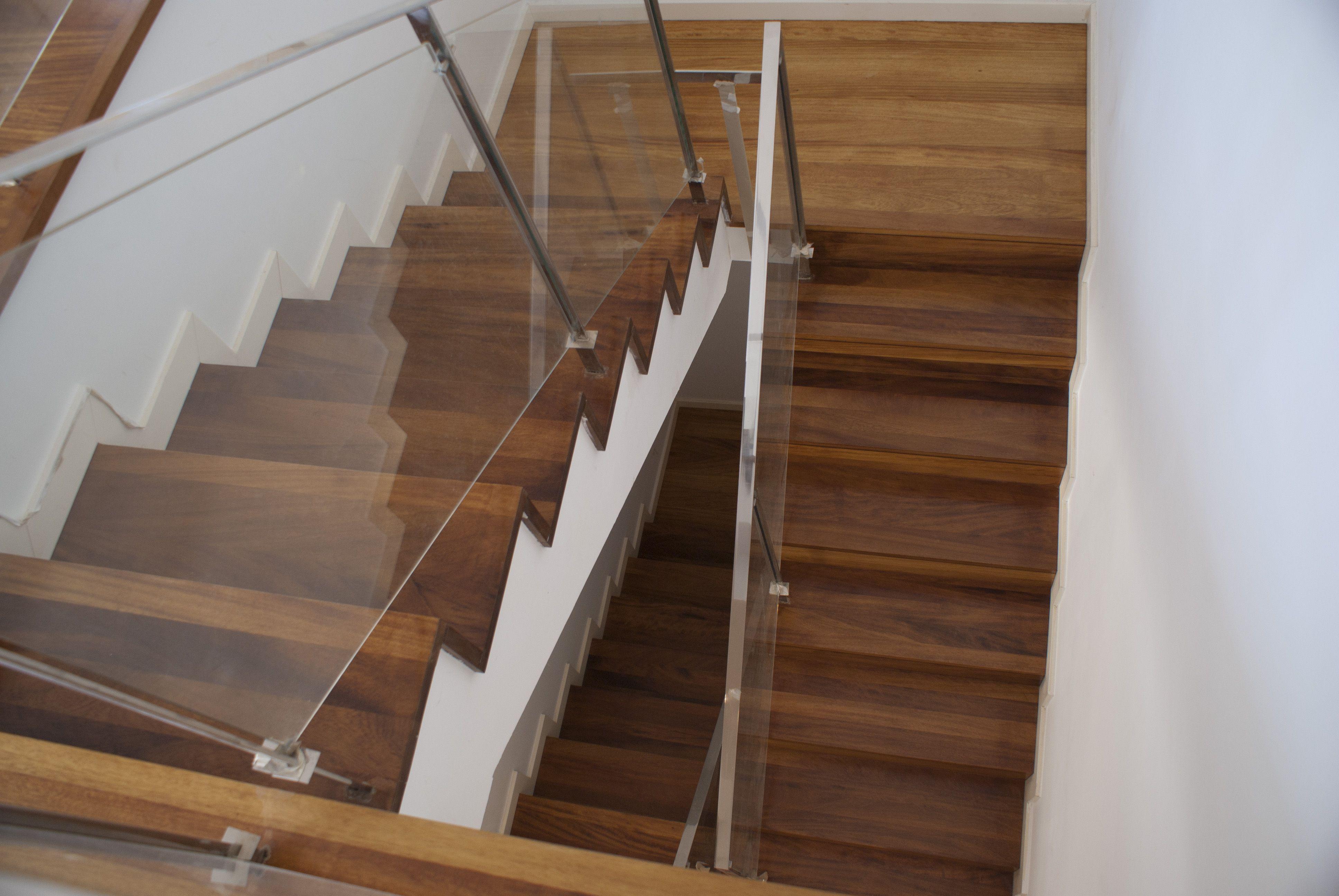 Restauraci n de revestimiento de escalera con parquet for Escaleras de parquet