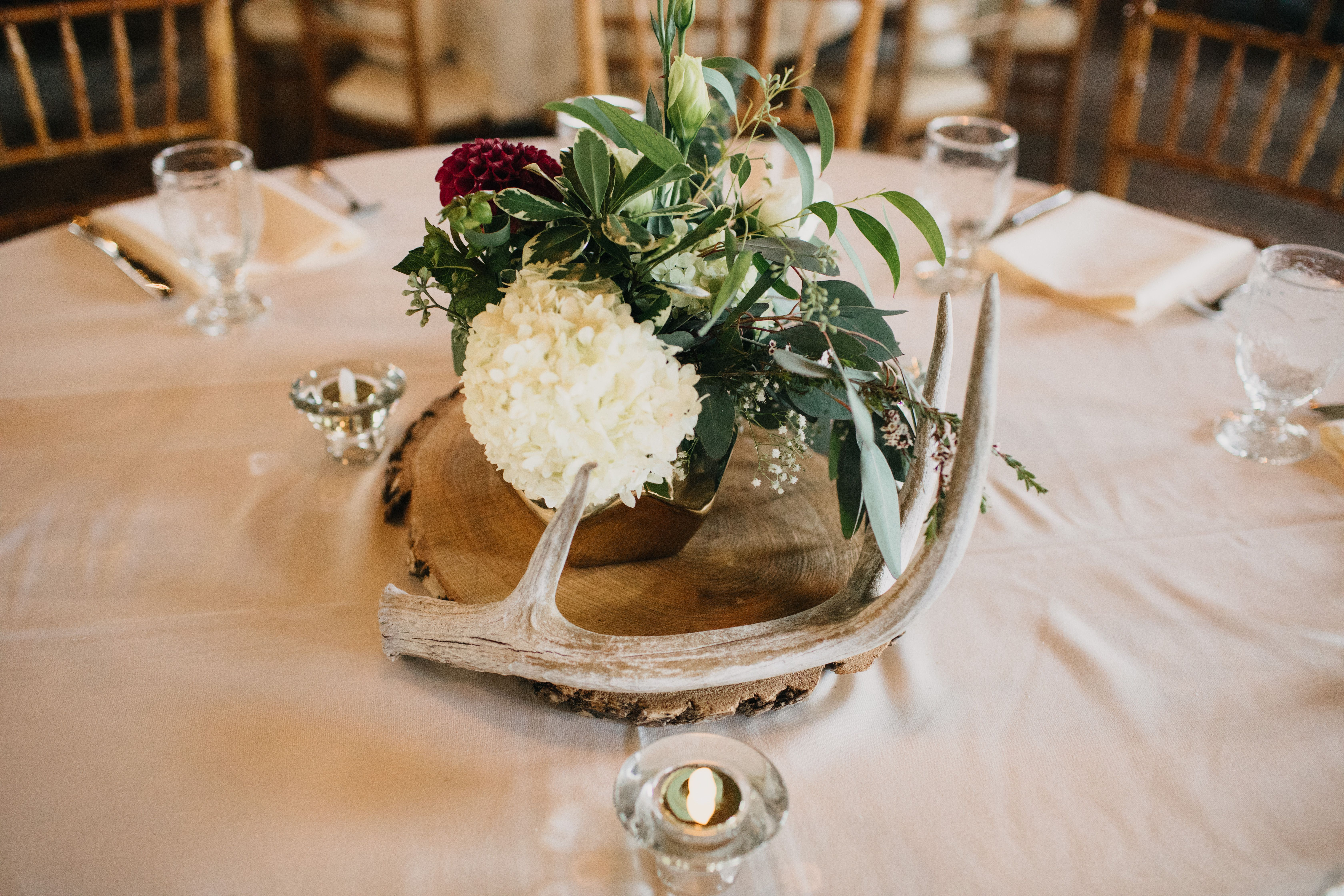 Antler Floral Table Decor At Maywood Stone Barn In Rochester Mn Photography Eileen K Photography Fl Antler Wedding Centerpieces Antler Wedding Wedding Table