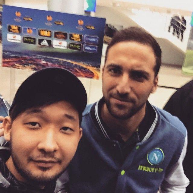 Higuain con i tifosi dopo Dinamo Mosca- Napoli