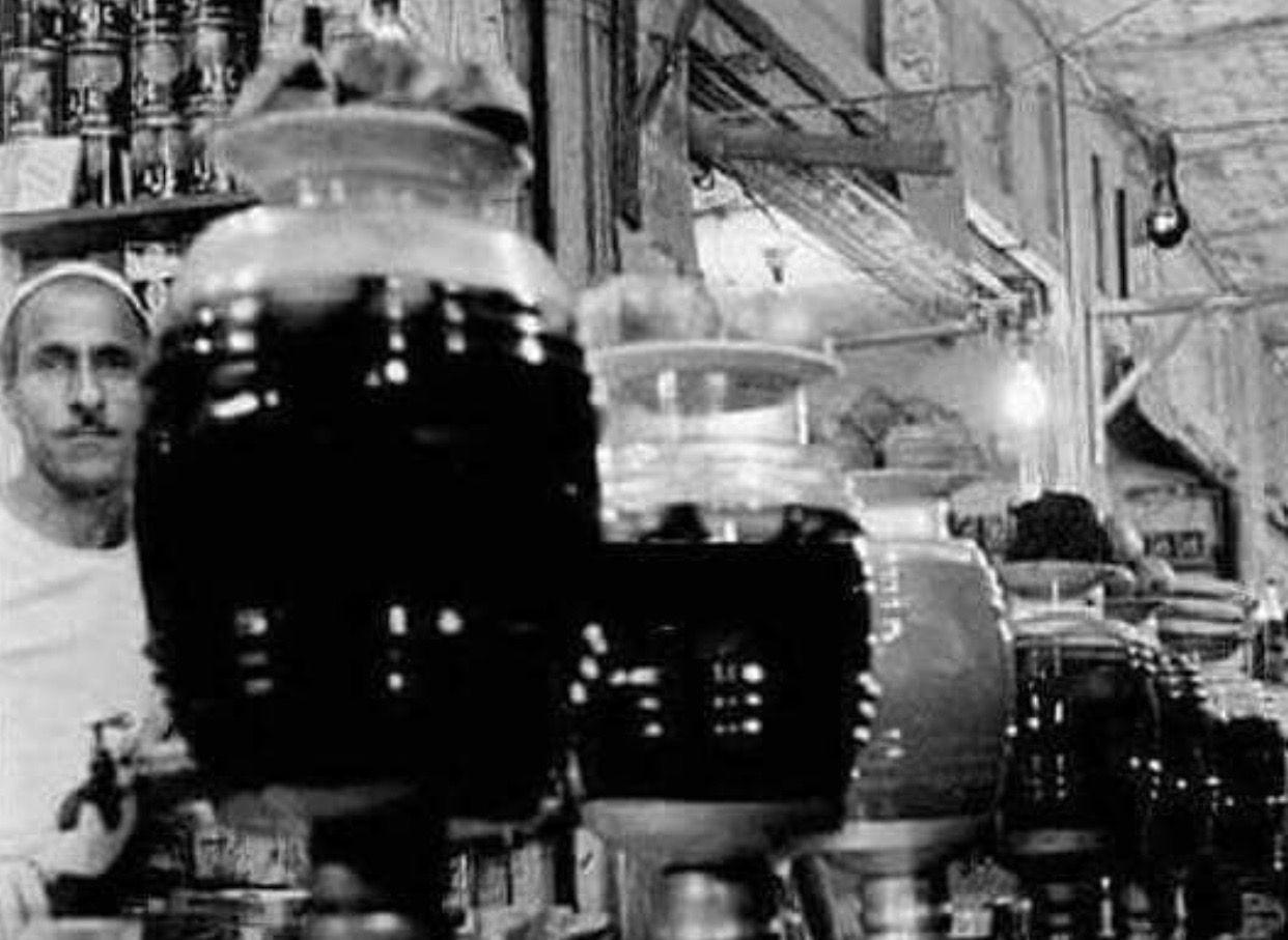 شربت زبيب حجي زبالة المقام منذ أكثر من مائة عام في شارع الرشيد في وسط بغداد حيث اقيم هذا المحل في عام 1900 قد يثير الدهشة هذا الأسم ز Baghdad Old