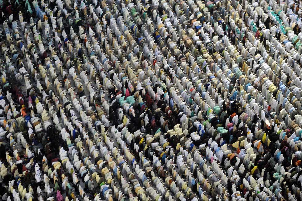IlPost - Pellegrini in preghiera nella Grande Moschea della Mecca, 8 ottobre 2013. (FAYEZ NURELDINE/AFP/Getty Images) - Pellegrini in preghiera nella Grande Moschea della Mecca, 8 ottobre 2013. (FAYEZ NURELDINE/AFP/Getty Images)