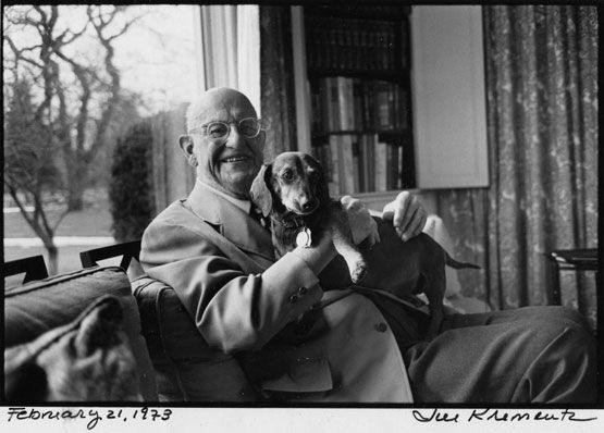 El escritor P. G. Wodehouse con su perro Dachshund