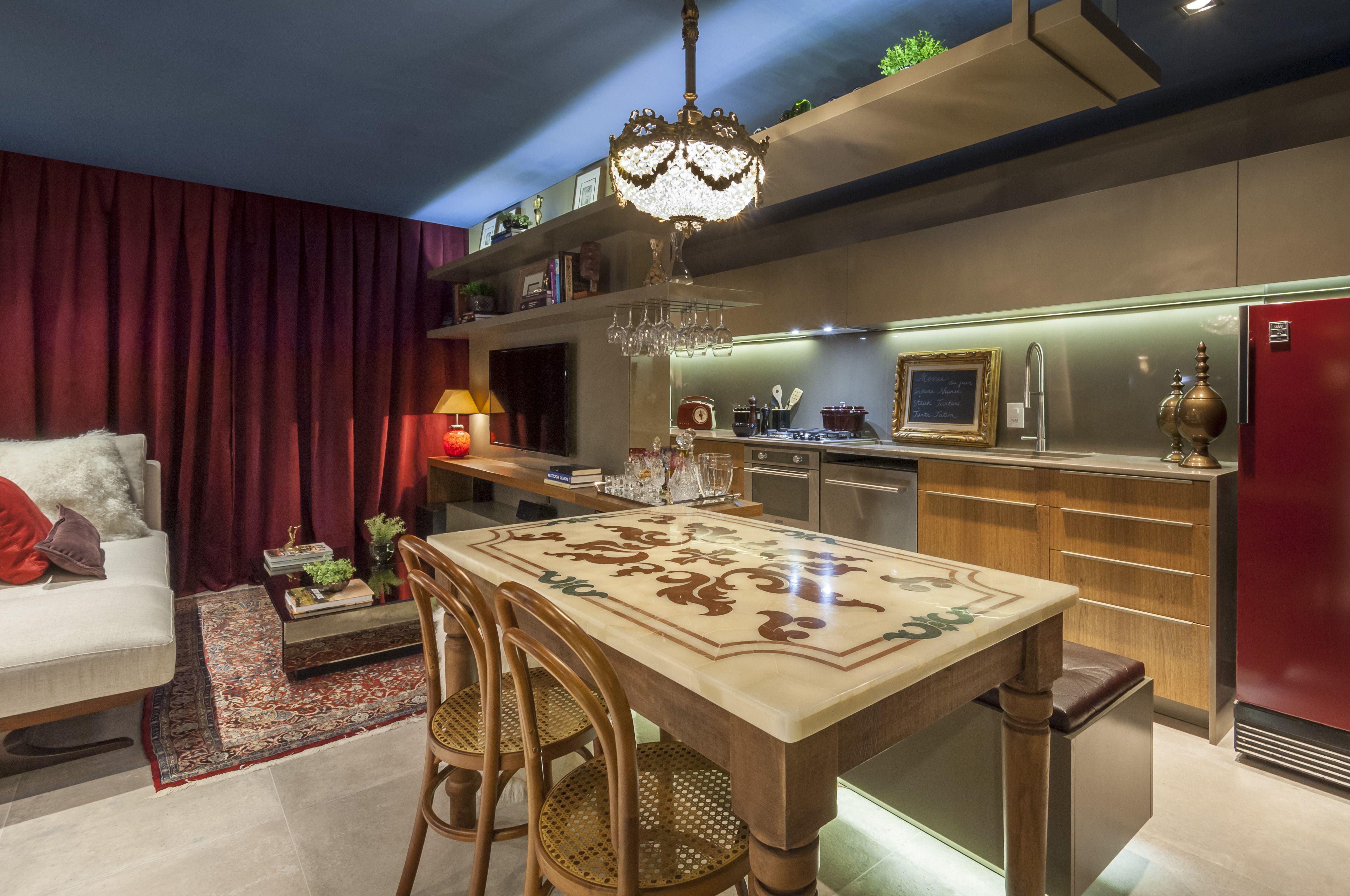 A sala feita pela arquiteta Mariana Marchioro para a 16ª Sala de Arquitetos de Caxias do Sul, levou o produto District HD DGR no chão.Salas, Rooms
