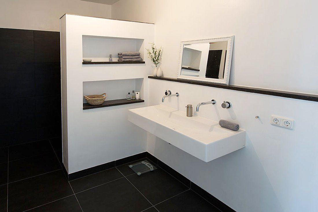 Nistjes in de zijmuur is een goede oplossing in een kleine badkamer
