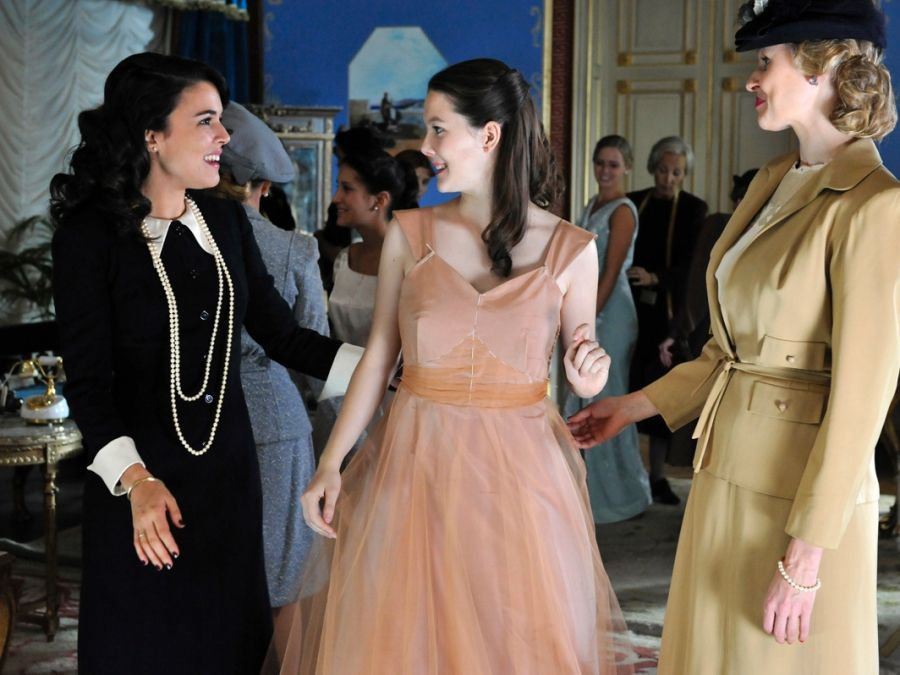 Sira Quiroga con clientas. El tiempo entre costuras. Capítulo 7 vía http://www.antena3.com/series/el-tiempo-entre-costuras/
