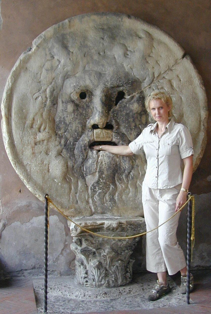 Rooma ja Vatikaanivaltio Bocca della Verità eli Totuuden suu on marmorinen korkokuva tai patsaan fragmentti 500-luvulta peräisin olevan Santa Maria in Cosmedin -kirkon portiikkikäytävässä. Se lienee fragmentti pakanallisen ajan suihkulähteestä. Toisen olettaman mukaan se on saattanut olla viemärinluukku. Legendan mukaan korkokuva puraisee häneltä sormet poikki, jos puhuja päästää suustaan valheen.