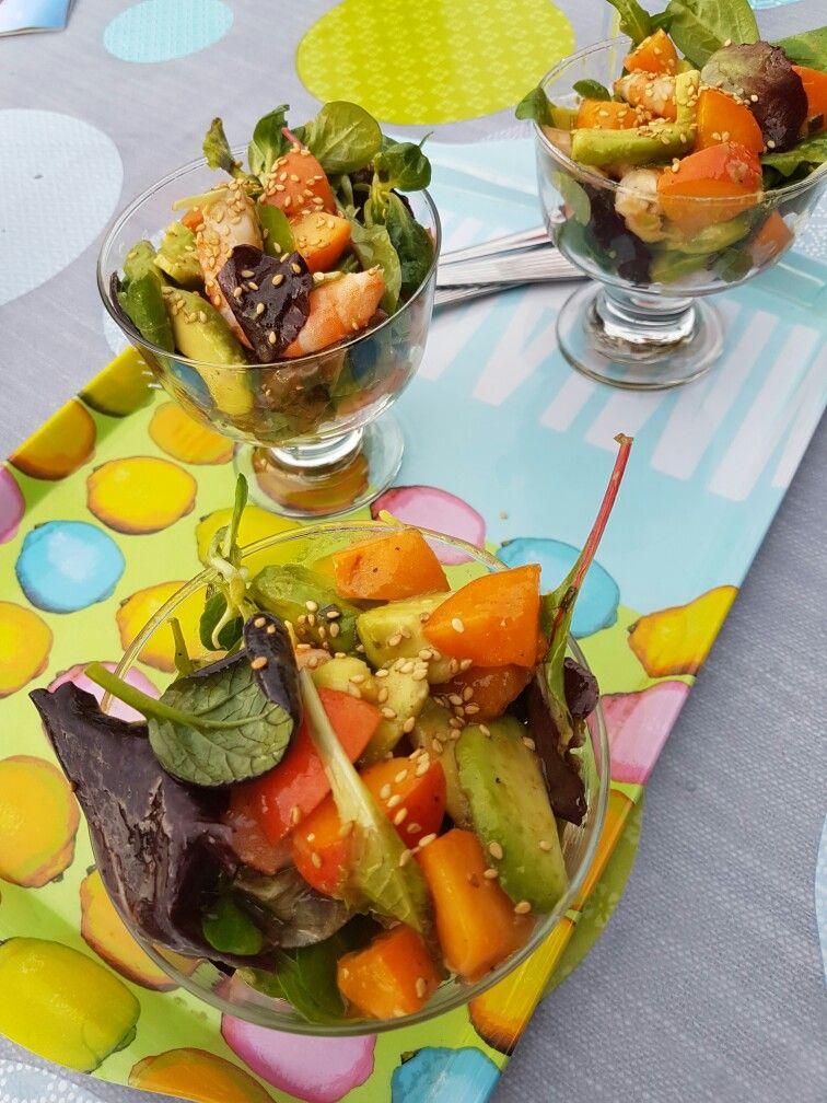 Entrée fraîcheur avocats crevettes abricots salade de jeunes pousses