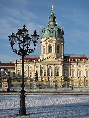 Schloss Charlottenburg im Winter 2012/2013 mit Schinkel-Laterne.