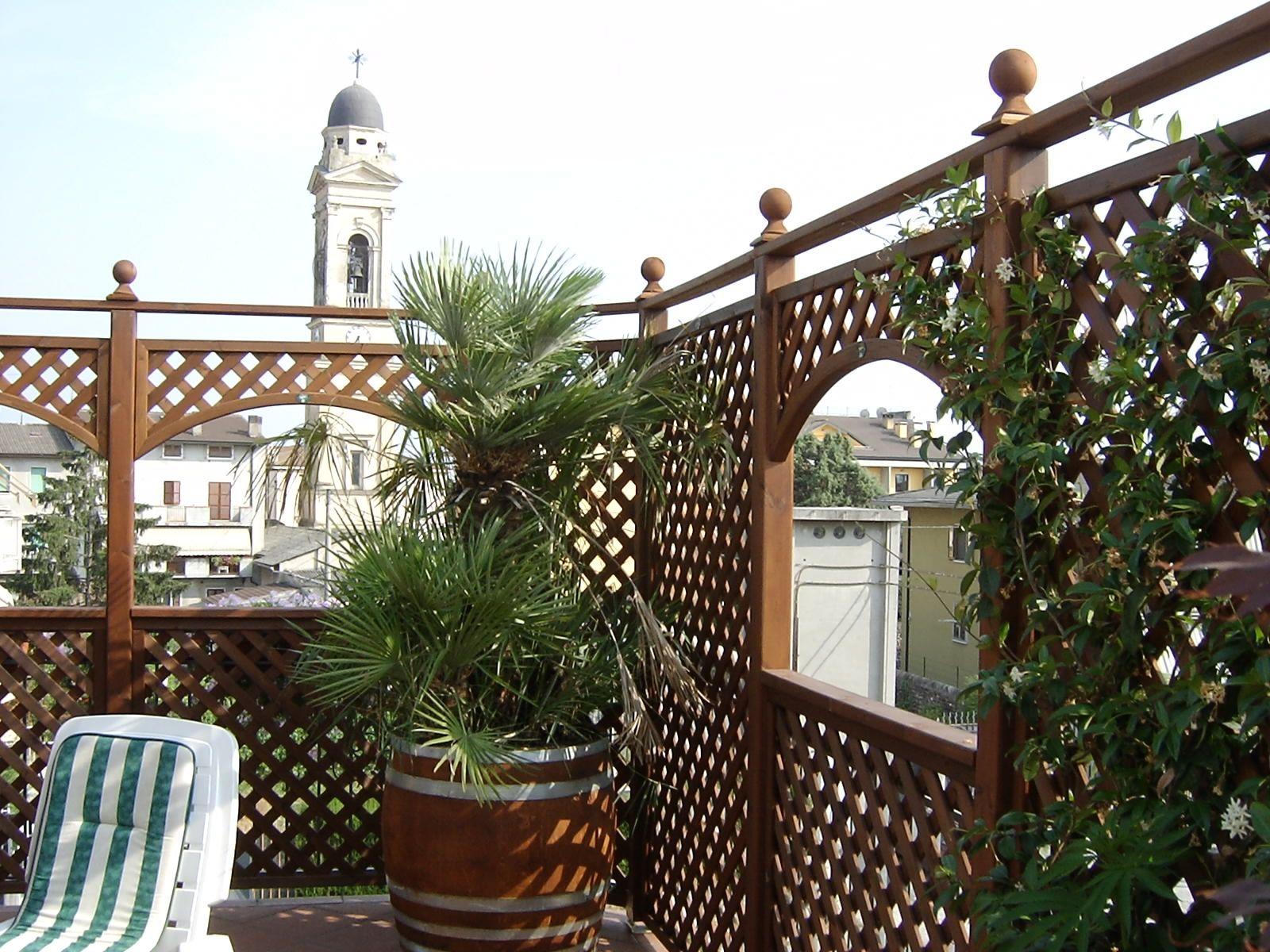 Arredo su terrazzo composto da pannelli grigliati e for Terrazzo legno