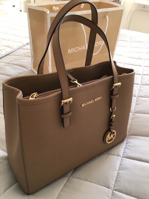 d50895371c53 Excellent condition! Very clean interior. Hardware is a beautiful gold. A  combination of mauve and brown in color. Michael Kors handbag ...