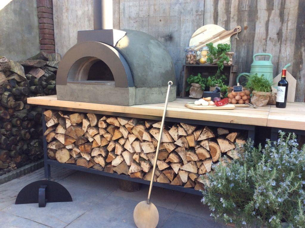 Een hout gestookte pizzaoven voor in de tuin. Een buitenkeuken met pizzaoven is een ...