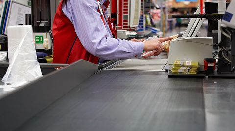 Verkkokauppa ja taantuma ovat mullistaneet vähittäiskaupan. Tyhjä liiketila ja työttömyys ovat lisääntyneet.