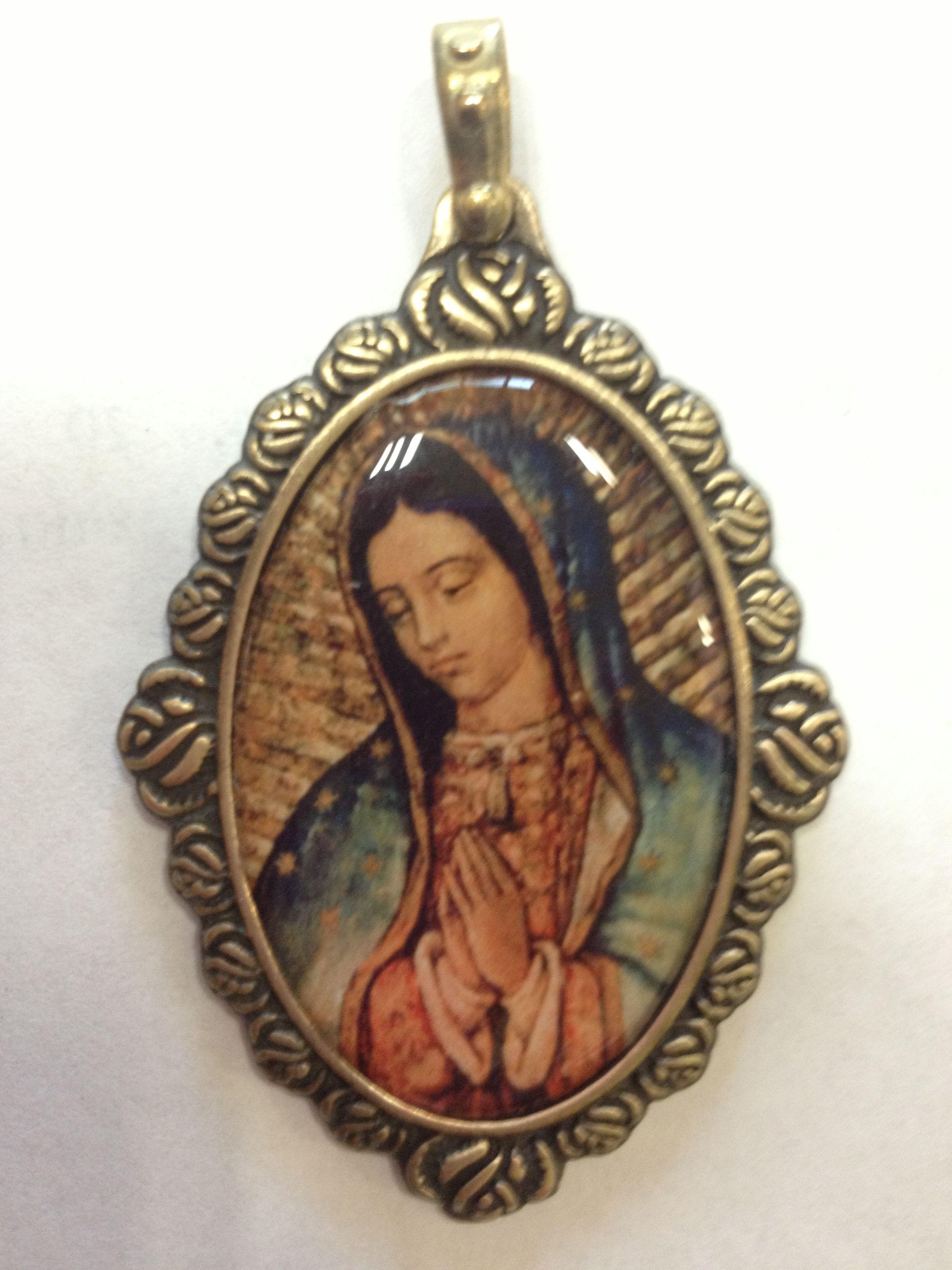Medalla de la Virgen de #Guadalupe, con un marco de rosas   Disenos ...