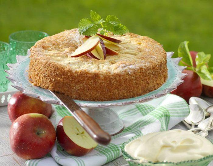 Kokosflingor och vaniljsocker ger denna äppelkaka både fasthet och god smak.