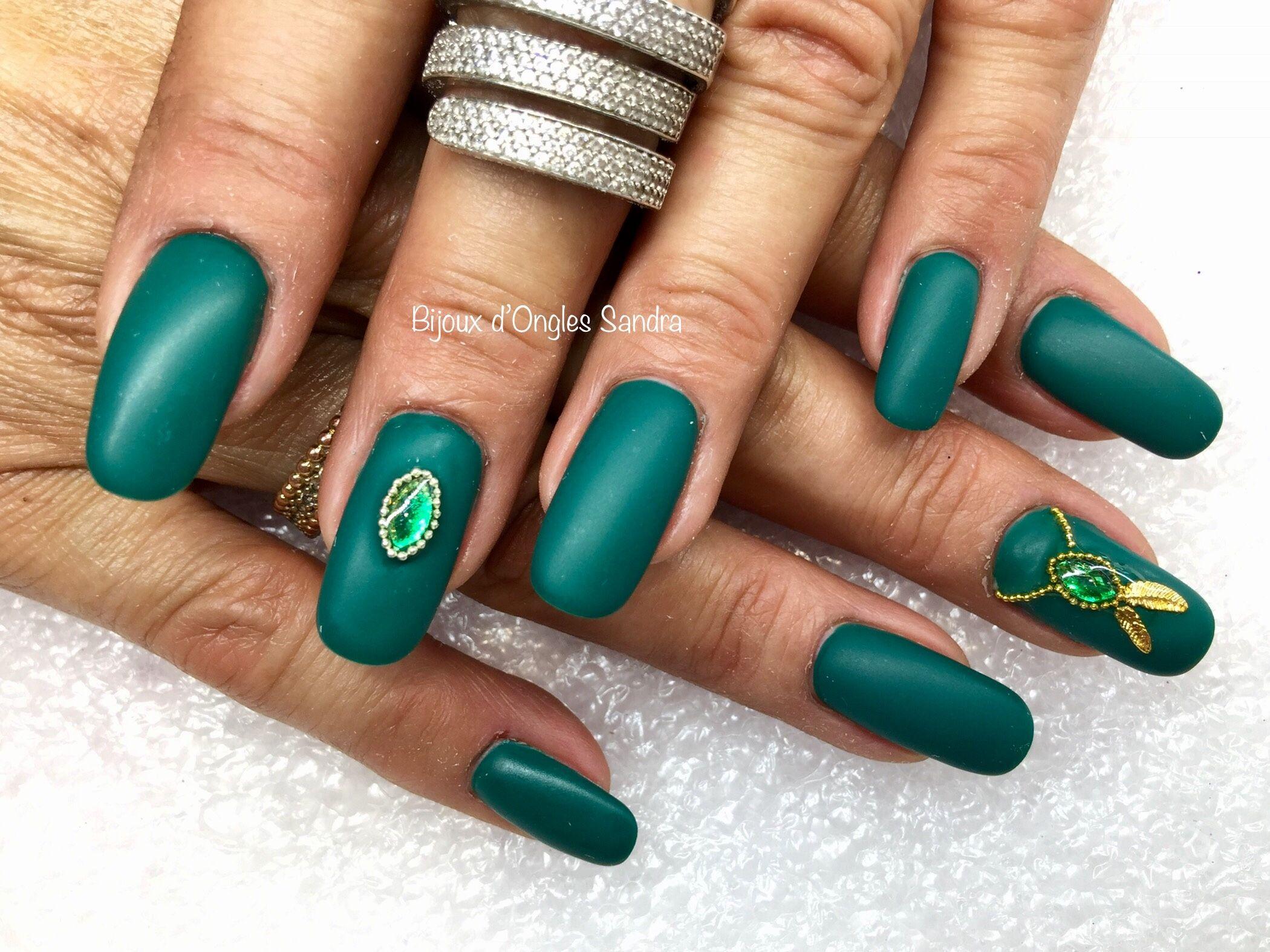Ongles résine avec gel vert sapin mat et bijoux émeraude