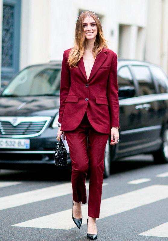 Chiara Ferragni con traje en color teja, que combinó con un tocado de rejilla floreado.