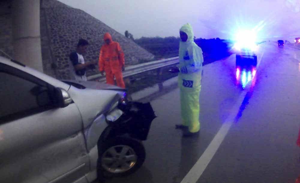 Kecelakaan Di Tol Ngawi Toyota Avanza Tabrak Pembatas Jalan Toyota