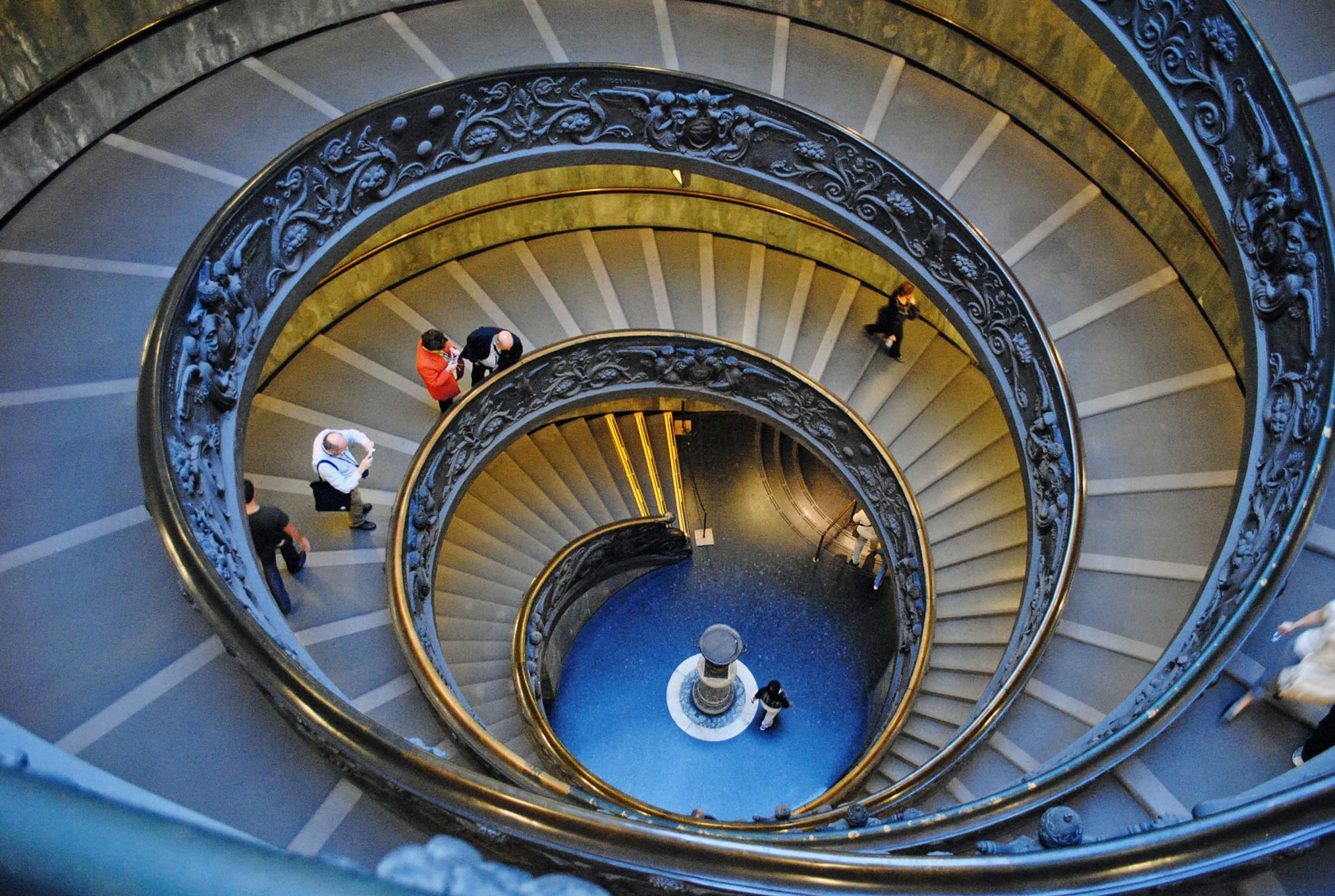 Spiral staircase in the vatican museum fibonacci spiral for Architecture spiral staircase