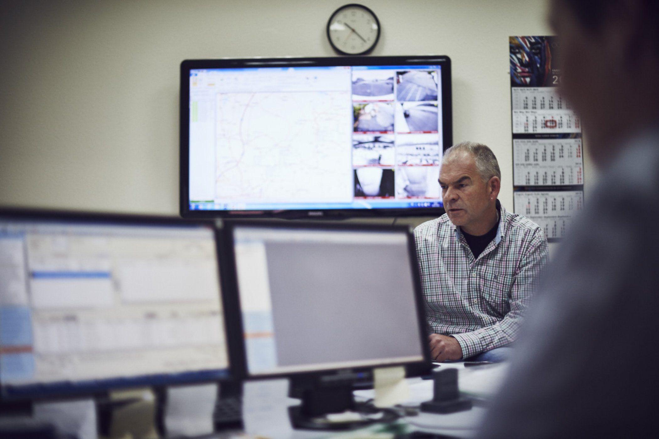 Die Kommandozentrale. Der sogenannte Disponent definiert die Touren am Computer und koordiniert die LKWs. Dank GPS und Flottenmanager weiß er jederzeit, wann wer wo steht und kann die Routen effizient planen und schnell handeln.
