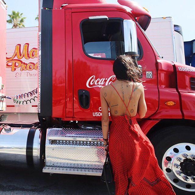 coca-cola a me mi fa impazzire....❤️ #cocacola #rosso #onmyway to #palmsprings #readyforcoachella2016 #lalaland #cali @revolve #revolvefestival