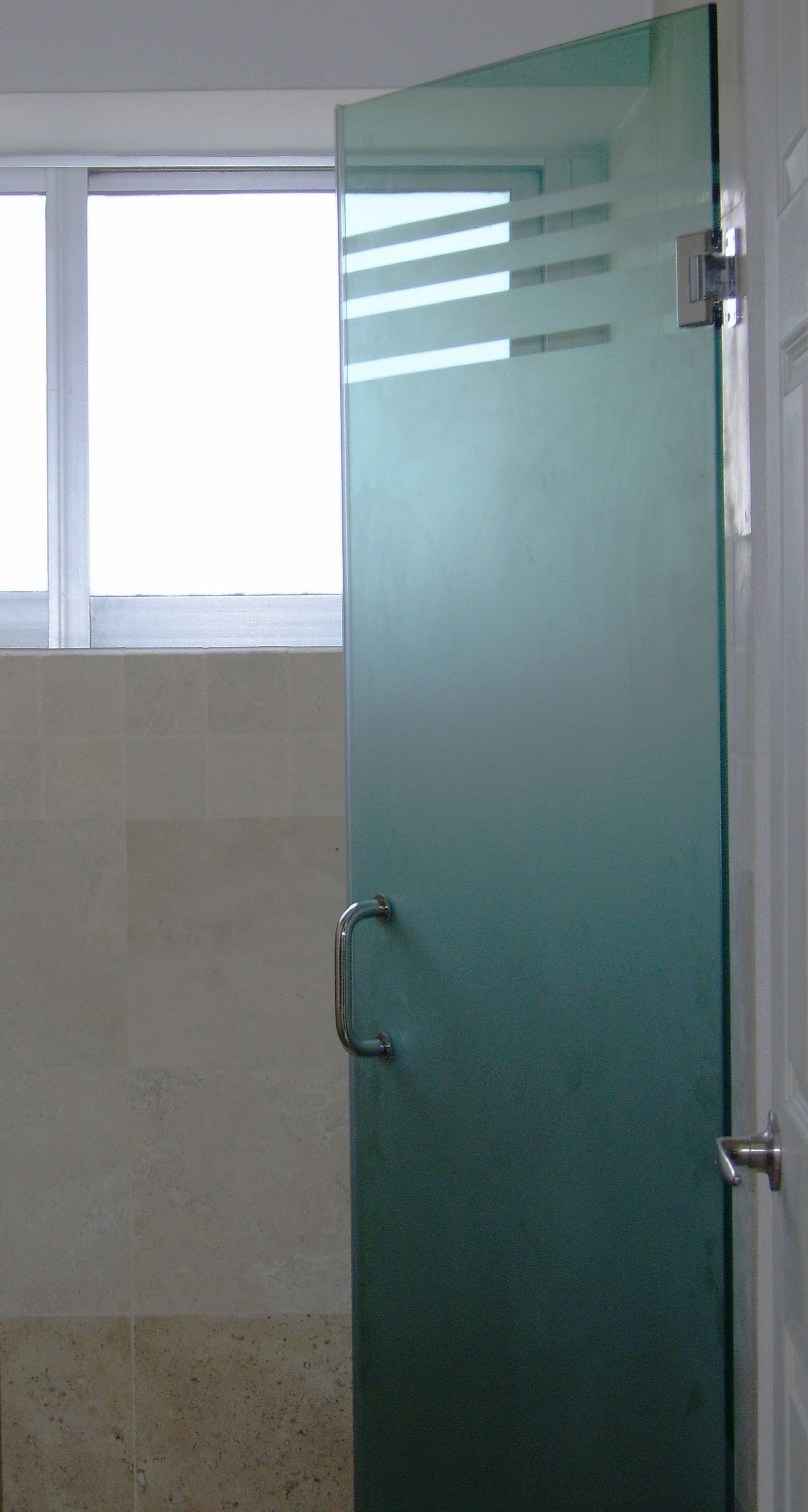 Puerta abatible para baño templado 9mm esmerilada con cenefas y ...