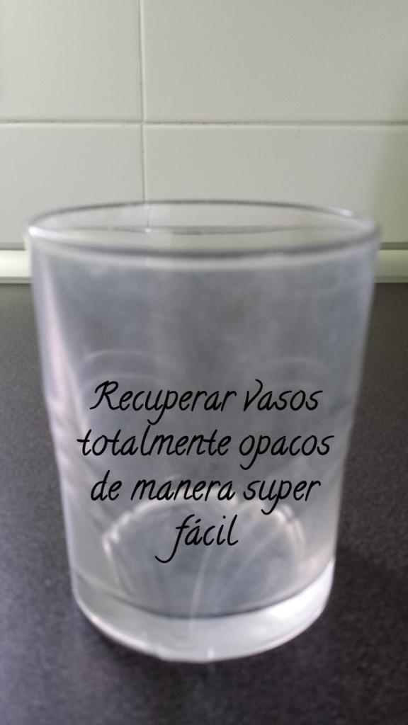Limpiar con servilletas gruesas empapados en vinagre, o dejar remojando los vasos media hora en un recipiente con vinagre.