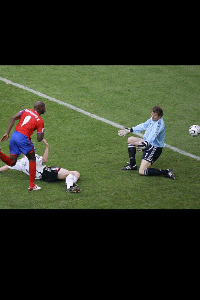 Jens Lehmman es batido por Paulo Wanchope y pone 2 goles a favor de Costa Rica, poniendo en aprietos a la seleccion alemana. Mundial 2006