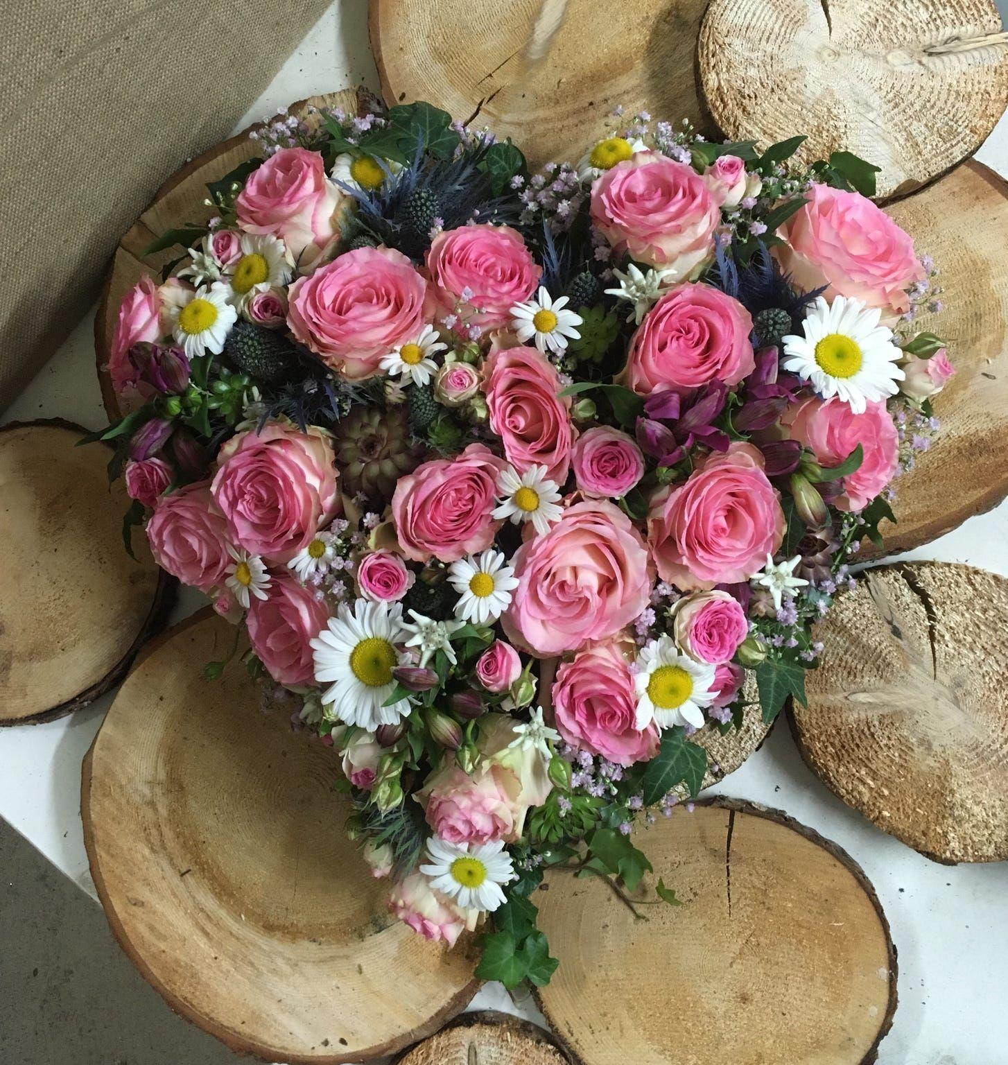 Hochzeit Wenn Ihr Eure Liebe Und Verbundenheit Feiert Soll Das Ein Bluhendes Fest Werden Jedes Brautpaar Hochzeitsfloristik Tischdekoration Hochzeit Florist