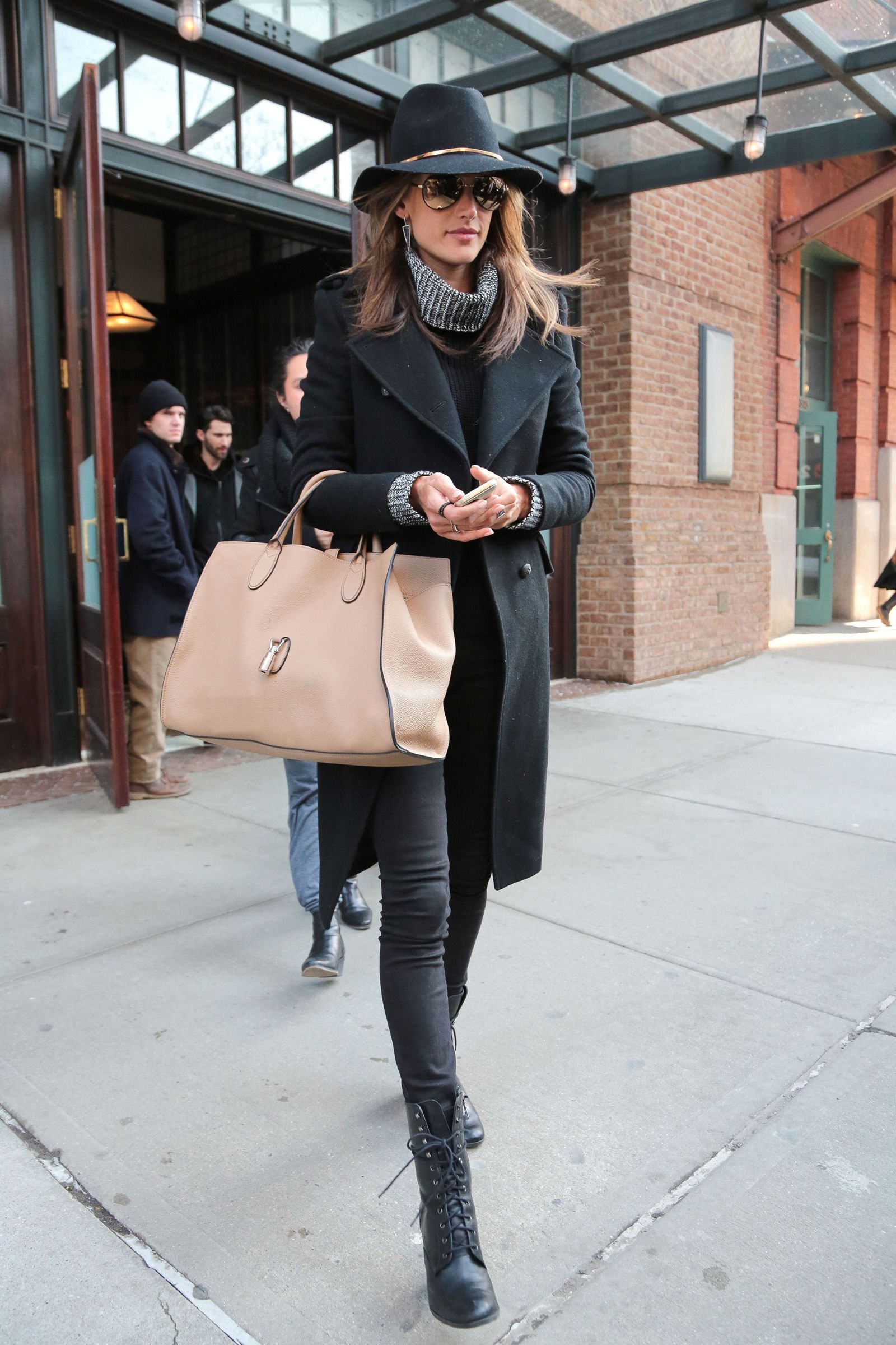Miranda Kerr Sparkles In Daylight Outfits With Hats Felt Hat Outfit Winter Hat Outfit