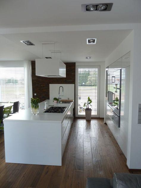 Offene Küche mit Insel weiß grau in Kombi mit Eichenboden und - offene küche mit insel