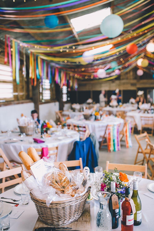 Outdoor zomer bruiloft met felle kleuren met kleurrijke zelfgemaakte decor …