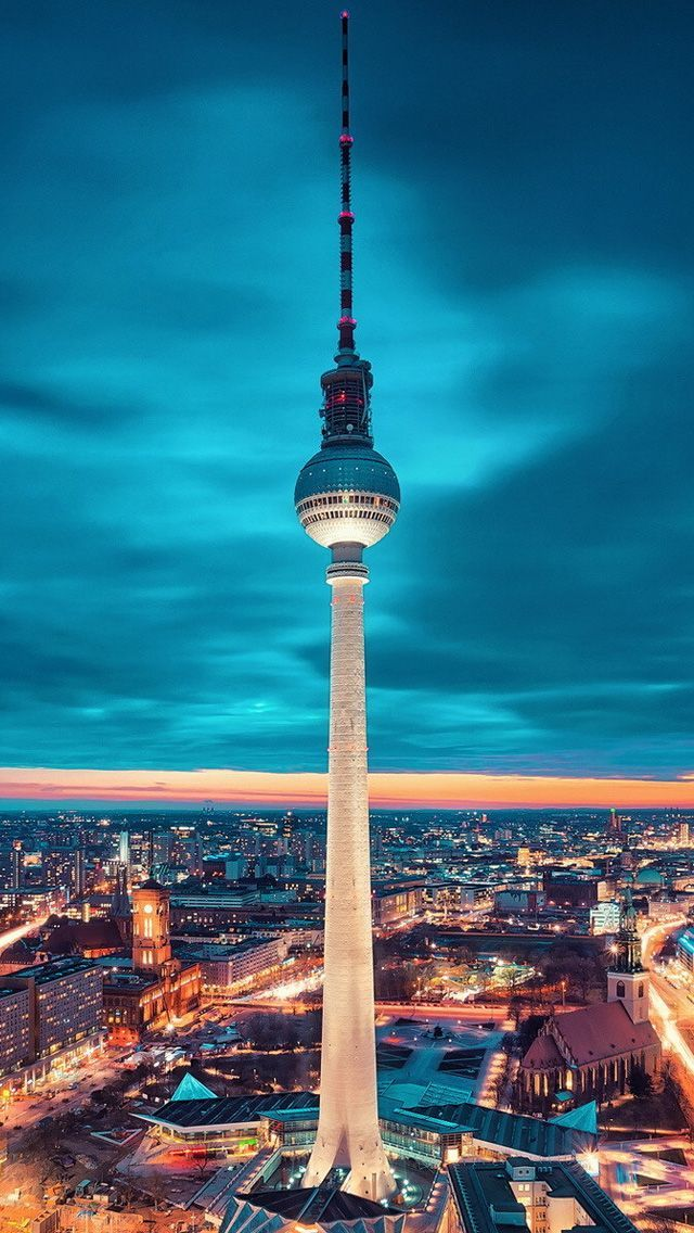 Tv Tower Alexanderplatz Berlin The Revolving Restaurant At The Top Gives A Fantastic View Of The City Berlin Berlijn Duitsland Berlijn Reizen