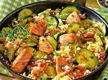 Lachspfanne mit Zucchini: Rezept mit Reis & Gemüse