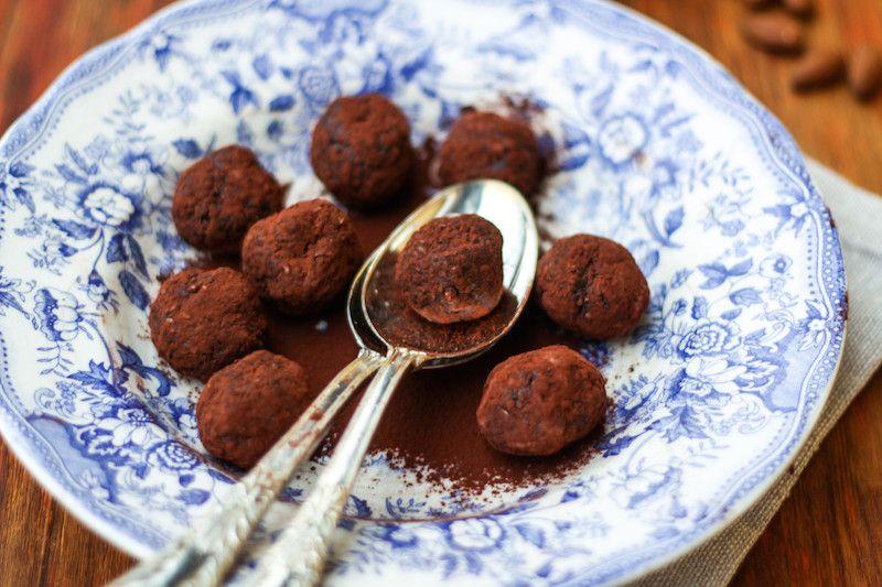 Le energy balls sono dei piccoli snack energetici a base di frutta secca e cacao senza zuccheri aggiunti. Perfette da mangiare dopo una sessione di sport.