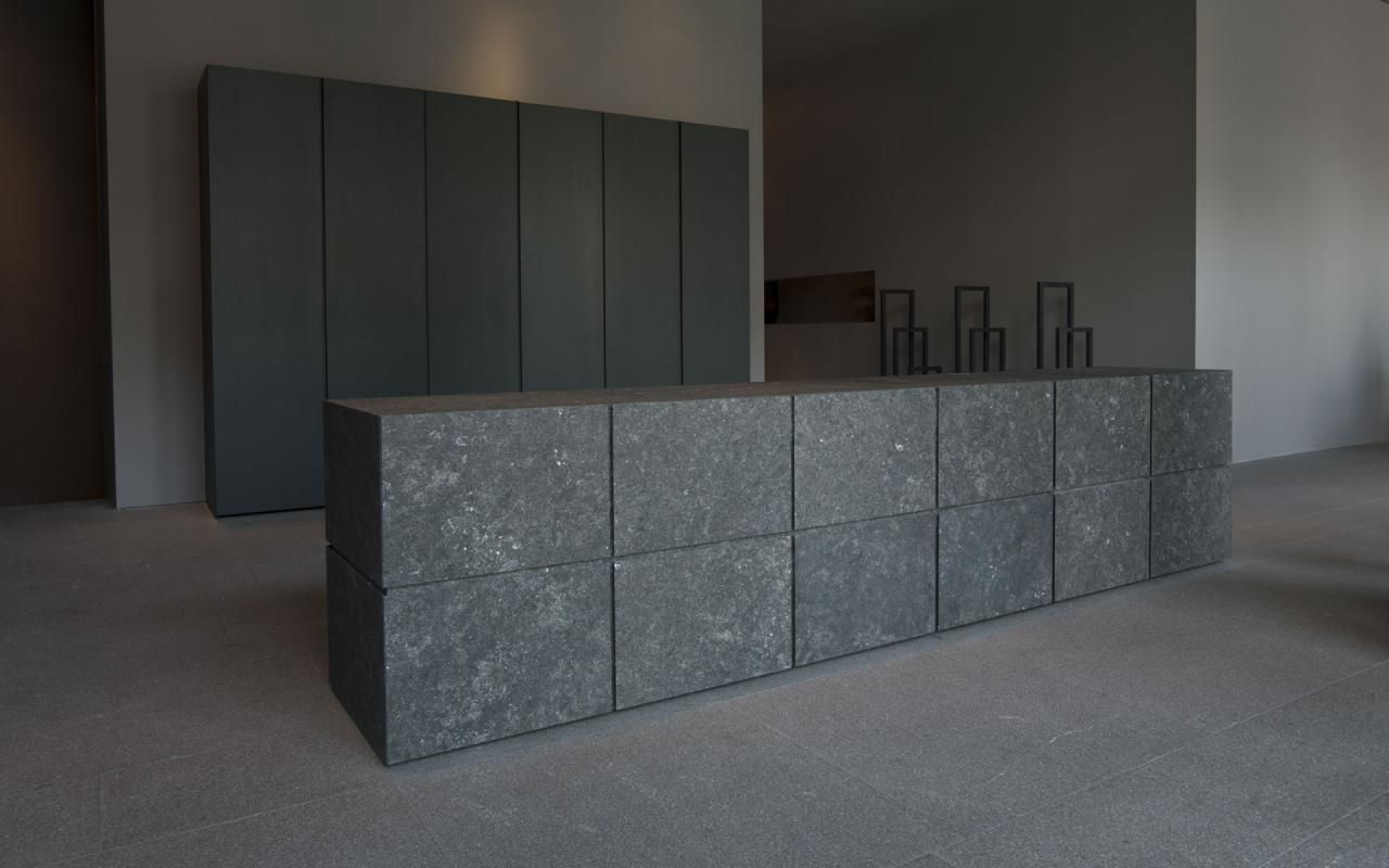 The Minotti Terra cucine in dark stone. | Interieur | keuken ...